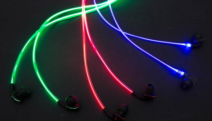 ビートに合わせてケーブルが光るイヤホンが登場