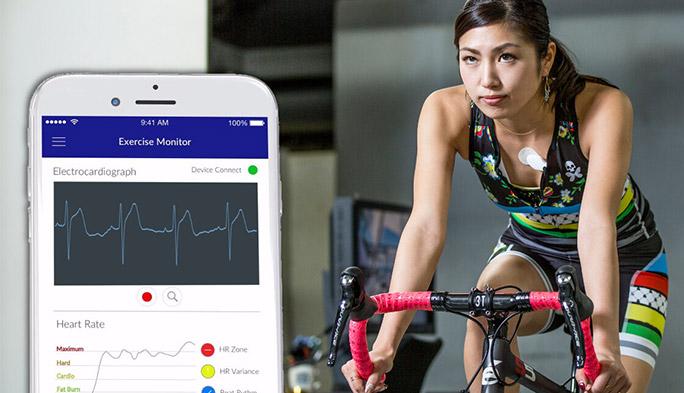 胸に貼るだけ! AI搭載の小さなウエアラブルデバイスで、運動時の身体をスマホで安全管理