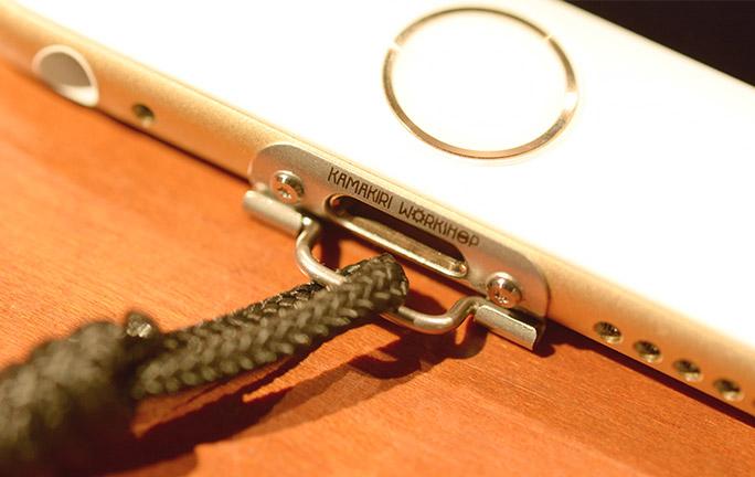 「iPhoneにストラップを付けたいけど我慢するしかない問題」を、スマートかつオシャレに解決する方法