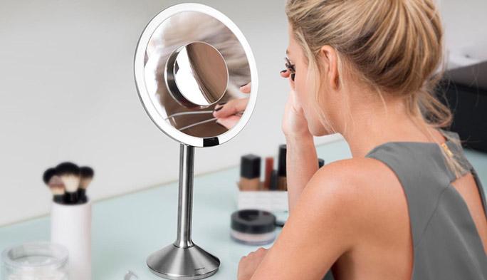 「鏡よ鏡、会社の照明で私がいちばん映えるようにメークしたいの」が叶う? スマートミラー