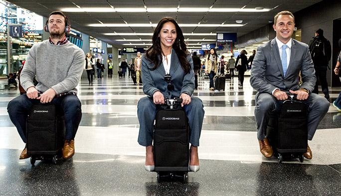 キャリーバッグに乗ってそのまま移動できるMODOBAG