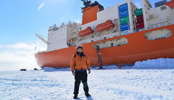 海上自衛隊の砕氷船「しらせ」とKDDI社員の濱田彬裕