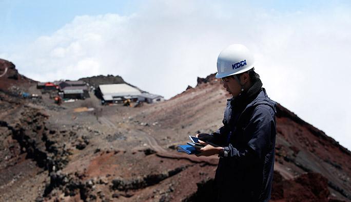 """「""""富士山""""が勤務地です!」。登山者の安全と快適のために、日本最高峰へ電波を届ける"""