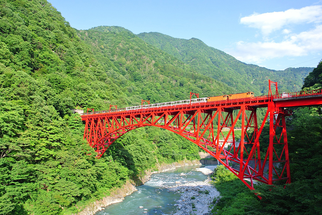 日本一深いV字峡を擁する黒部峡...