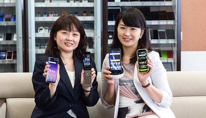 au 2017夏モデルを持つauの広報担当小田祥子、中村玲子
