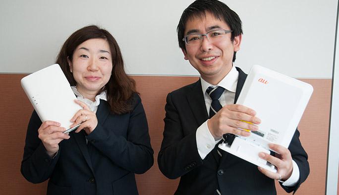 auの「電波サポート24」を担当する杉木英一と岡本敏枝