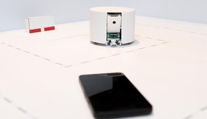 KDDI総合研究所の自動スマホ充電ロボ。スマホを探す姿がいじらしくも愛くるしいと話題に!