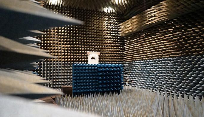 一面に広がる謎のトゲトゲは一体なに? KDDI研究所「電波無響室」に潜入!