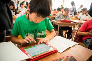 タブレットで計算ドリル、クラス内SNSも活用  KDDIと福岡市が推進する「次世代型教育」とは