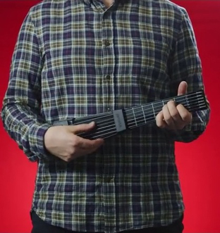 ギターを弾いたことない人でもOK! iPhoneと繋いで本格的な演奏を楽しめる専用ガジェットが使える!