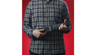 ギターを弾いたことない人でもOK! iPhoneと繋いで本格的な演奏を楽しめる専用ガジェットが使える