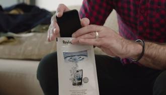 水に濡れて壊れたスマートフォンを復活させる、特殊な液体がこの世に存在する?
