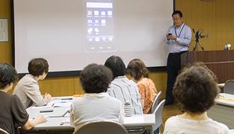 シニア向け『KDDIケータイ教室』レポート 実際に操作して、スマートフォンの世界に触れてみる
